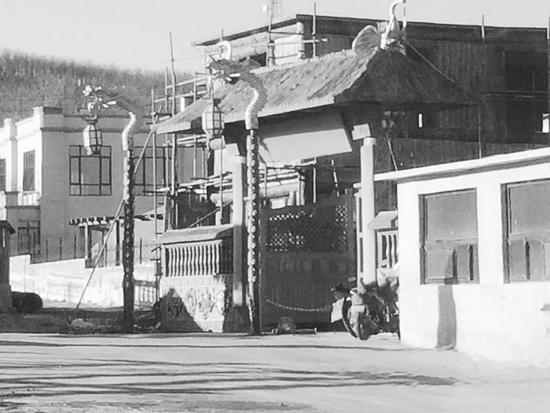 葛美玉前夫家的山庄内有十余栋别墅建筑
