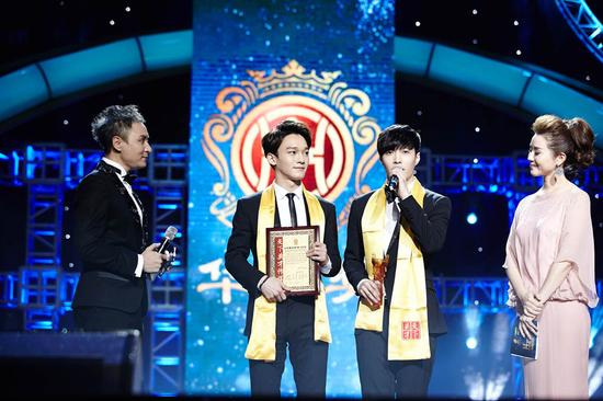 EXO-M的成员CHEN和LAY代表团队上台领奖