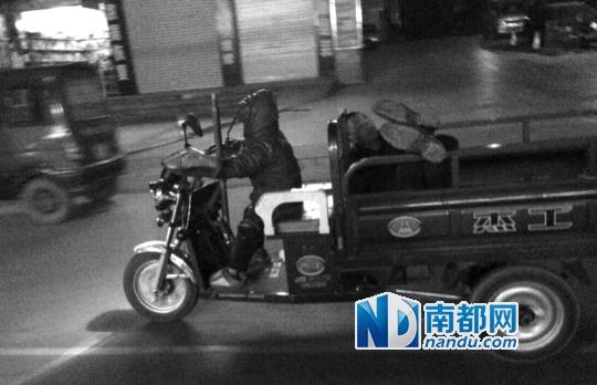 近日,广西宜州一男童驾驶三轮车载着一名成年人的照片,在网上蹿红。