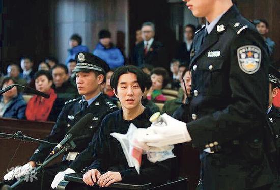 房祖名昨天(1月9日)看来清减,当庭警呈示当日吸毒的证物时,他神情也有点儿紧张。