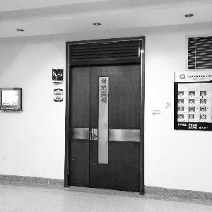 小云所在的监护室,大门紧闭