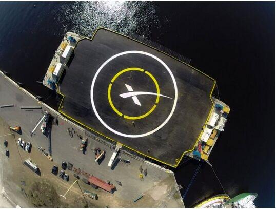 SpaceX首次火箭回收失败:砸坏回收船设施