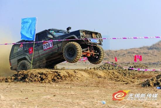 一辆越野车在参加比赛中。