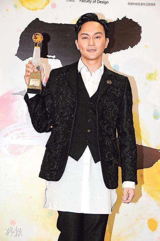张智霖的一身装束原来是由太太袁咏仪做形象指导。