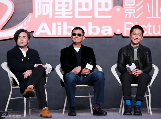 作为《摆渡人》监制的王家卫终于在京宣布,导演就是张嘉佳本人,而目前唯一确定的男主角由梁朝伟担当。该片预计春节后开机,2015年底上映。郑福德/图