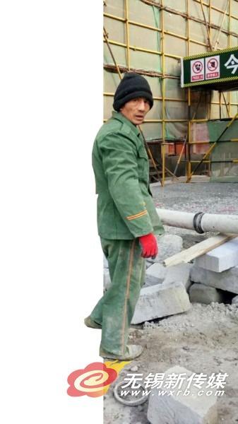 一名未戴安全帽、存在工伤风险 的建筑工人。 (于越 摄)