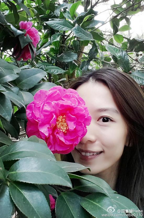 人和花的-,站在花丛中和花儿比美,看上去既清纯