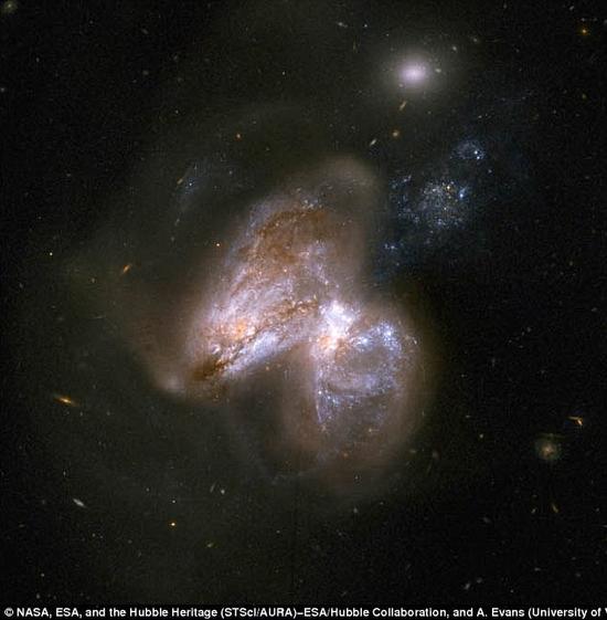 位于图像中右侧星系核心的黑洞正处于活跃状态并大量吞噬周遭气体物质,而右侧星系内部的黑洞则处于休眠状态。在这张图像中4~6keV能级的X射线信号用红色表示,6~12keV能级的X射线信号用绿色表示,而12~25keV能级的X射线信号则用蓝色表示