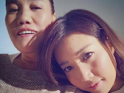 A-Lin晒与母亲近照