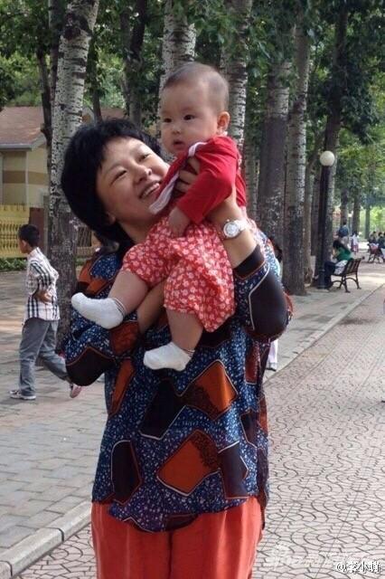 李小萌抱着女儿