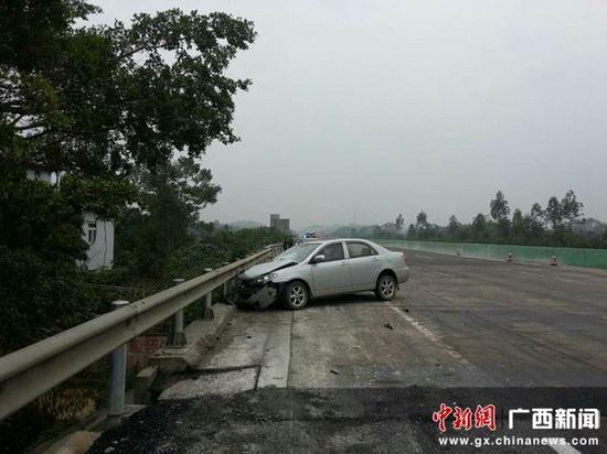 撞上护栏后小轿车受损严重 陆祖江 摄