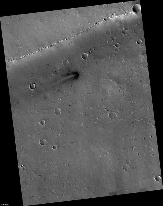 从残骸溅射物的分布情况判断,这一撞击体是从西侧撞向地面的,目前美国宇航局仍在计算这一撞击体的具体大小