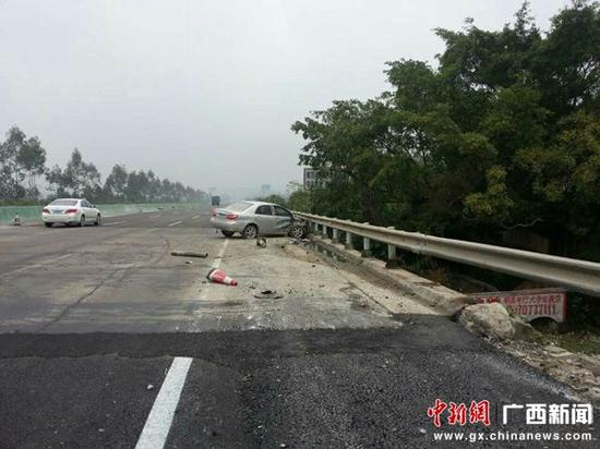 小轿车撞上护栏后斜停在应急车道上 陆祖江 摄