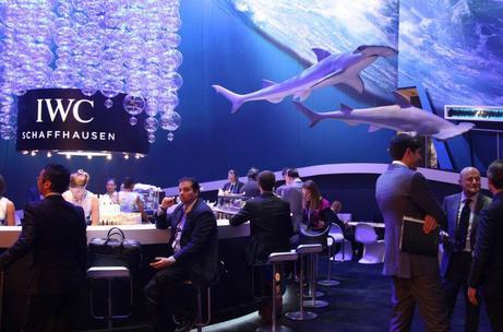 """去年IWC展厅为配合海洋保护的主题将""""海洋""""搬到了展馆中"""