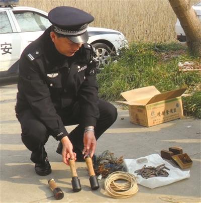 民警正在清点弹药。