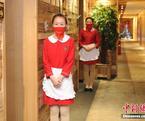 """饭店服务员红纱遮面""""羞涩服务"""""""