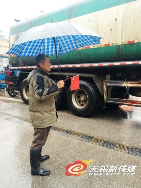 两卡车相撞殃及轿车 热心老人客串交警