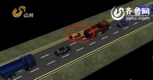 他们会保持6个人三辆轿车相互配合,一般会物色带头的红色货车为目标(视频截图)