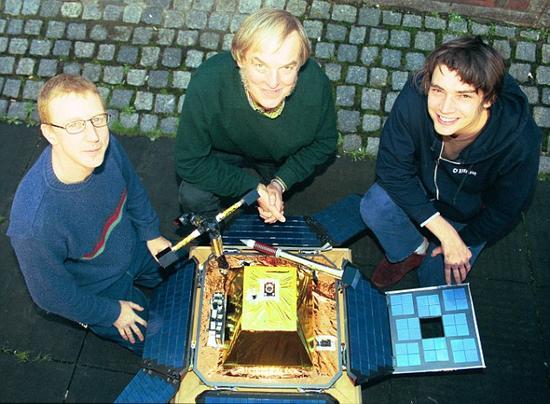 """猎兔犬-2号探测器发射前夕,英国流行乐团""""污点乐队""""成员Dave"""