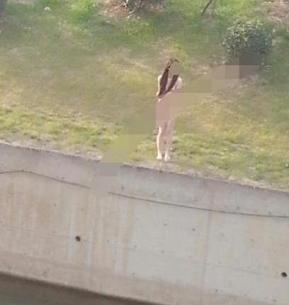 女孩裸身跳河被救引围观
