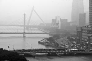 昨天下午,市区还下着毛毛细雨。市区三江口能见度低。 记者 唐严 摄