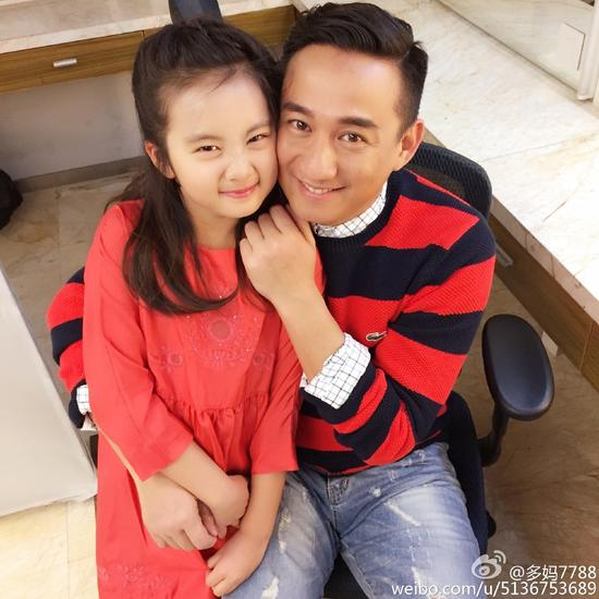 黄磊和女儿多多好甜蜜