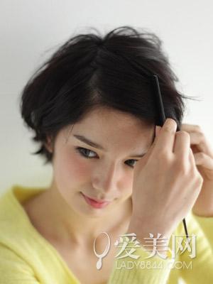step1:先用卷发棒烫卷短发.图片