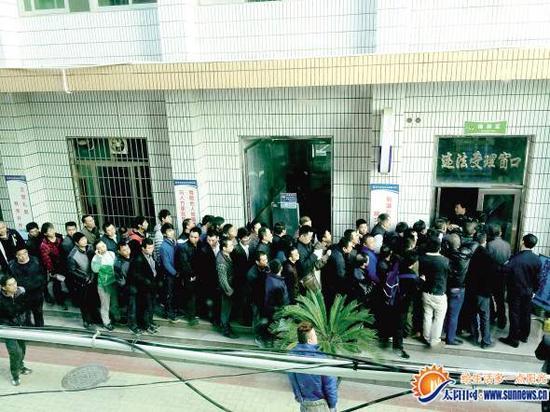 集美交警大队违法处理窗口前排起了长队.通讯员 刘伏忠 摄