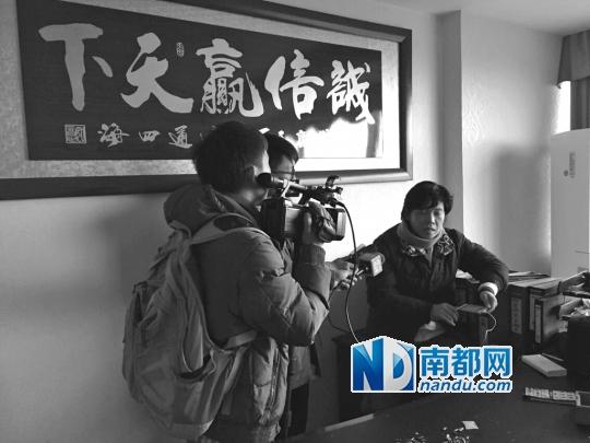 贸易公司女老总在办公室接受媒体采访。南都记者 刘辉龙 摄
