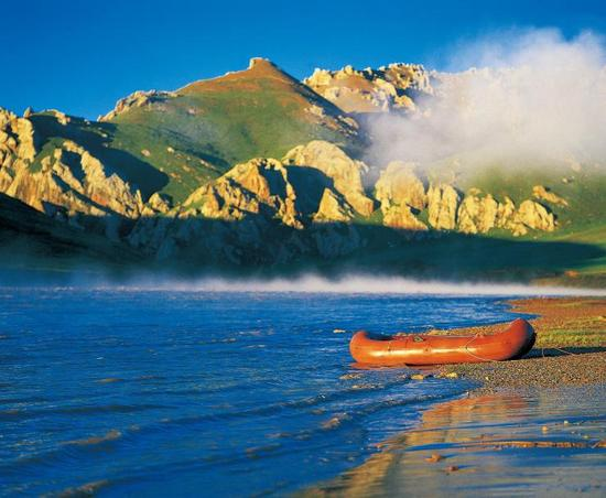 1993年,那时的杨欣还很年轻。他记得,那是一个无风的早上,他和几位伙伴漂流至烟瘴挂峡谷入口,从南向北流的牙曲在这里汇入通天河。在太阳的照射下,牙曲水面上升起2米多高的雾瘴,缭绕的白雾逆通天河而上,像游蛇般钻进峡谷之中。如今,规划中的牙哥水电站的选址就在不远处。