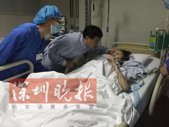 """1月13日,姚晓明进入ICU病房,姚贝娜认出了姚叔叔。""""要喝点水吗?""""姚贝娜艰难地点了点头。那是姚贝娜最后的清醒时刻,1天后,她开始陷入昏迷。"""