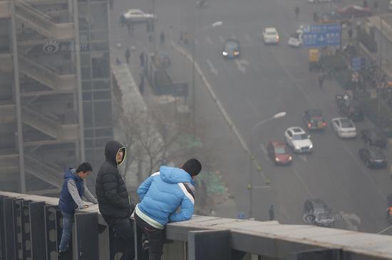 北京五员工欲跳楼讨薪爬上大厦玻璃围墙