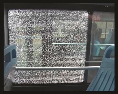 被砸碎的公交车车窗玻璃