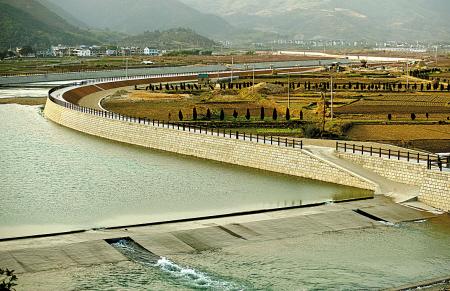 胡陈乡中堡溪是宁海县五大主要溪流之一。2013年下半年,该县投资1亿多元对8.3公里长的三期河道进行全面整治。目前已完成工程总量的60%,预计到2016年底完工。整治后,全长18公里的中堡溪排涝抗旱能力将进一步提高。(李江林 严龙 胡燕红 摄)