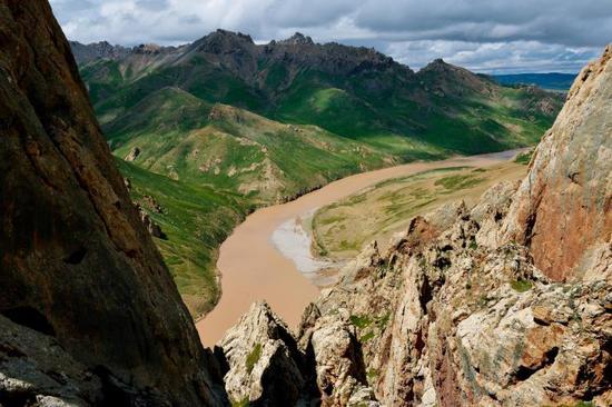 烟瘴挂峡谷两侧山势险峻,到处是裸露而陡峭的岩石,这是岩羊们理想的栖息地。如此坡度的岩壁,除了岩羊、雪豹,其他动物望尘莫及。如果能看到成群的岩羊,那就意味着附近很可能生活着雪豹。摄影师站在一处高坡上俯瞰,峡谷内的草坡、河道景色扑面而来。别看峡谷的白天如此沉寂,等到黄昏之后,狼、赤狐、藏狐、雪豹等食肉动物将纷纷登场,它们的行踪,将被埋伏在峡谷内的红外照相机所捕捉。