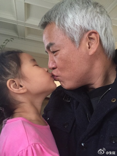 张庭晒老公和女儿甜蜜亲吻