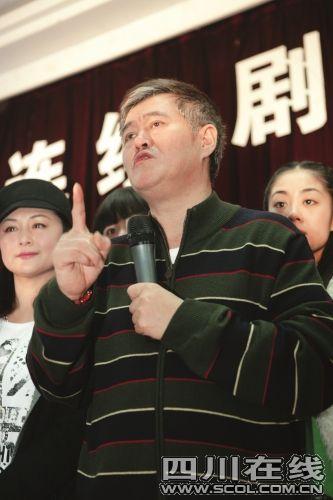 资料图:2009年12月,赵本山在《乡村爱情3》关机仪式上。四川在线