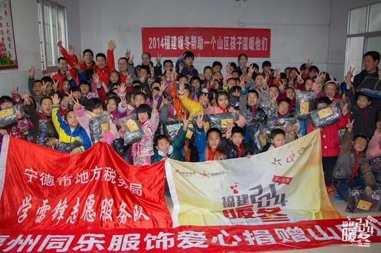 1月13日,雨下了一天,气温骤降,暖冬团队和爱心志愿者带着满载的御寒冬衣,来到福安锦桌头小学,为孩子们送去温暖。