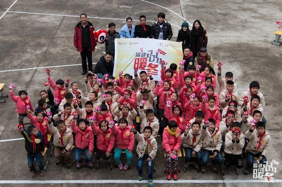 1月14日,暖冬团队和爱心志愿者一起来到闽清上寨小学,为孩子们送去温暖冬衣。