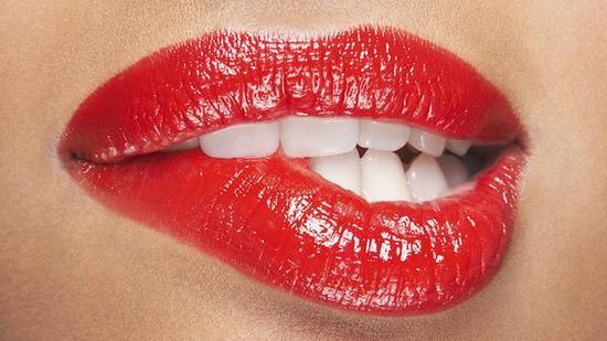 鸟类没有嘴唇,但也生活得很好。乌龟的嘴唇也硬化成喙。绝大多数哺乳动物都长有嘴唇,人类也不例外。冬天的时候,我们的嘴唇容易干裂。吃饭的时候,我们还可能将嘴唇误认为食物,把嘴唇咬伤。每到这个时候,我们不禁会问,这个环绕嘴巴的超级敏感并且很容易受伤的组织究竟有什么用