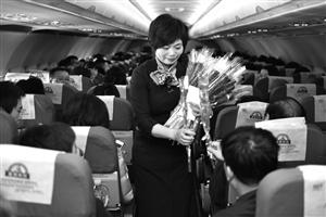 华琴妹最后一次飞行,乘客送上玫瑰花表达敬意  通讯员 秦卫/摄