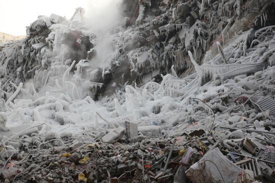 哈尔滨大火塌楼现场遭冰封