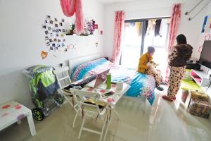 昨天上午,舒晓梅小两口在海曙泽民阳光公租房温馨的小家里。记者 刘波 摄