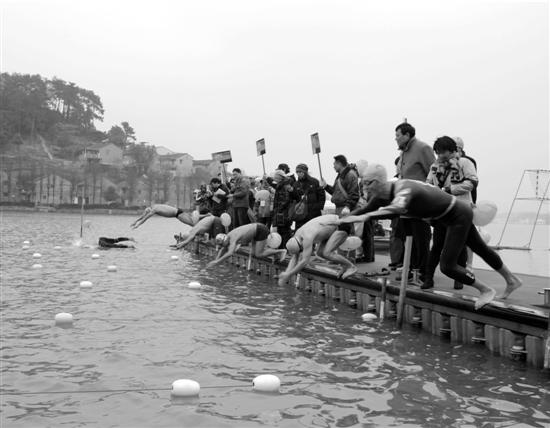 """一声令下,冬泳爱好者们""""扑通扑通""""跳下河。"""
