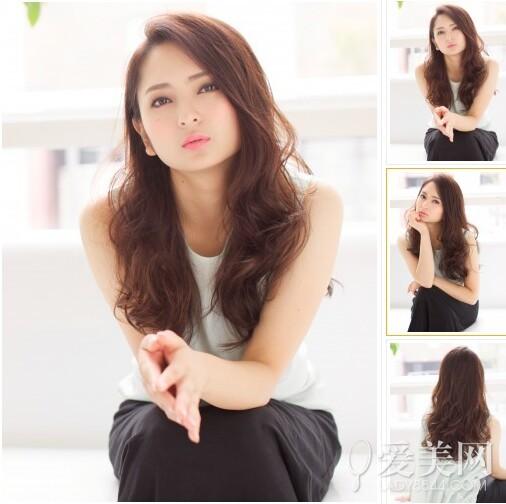时尚卷发造型   人气程度:   对于发质较差的MM来说这款发型就不要尝试了哦,如果你的发量较少,像这样留出中分外加蓬松中卷,时刻都散发出一种随意风。 厚重卷发造型