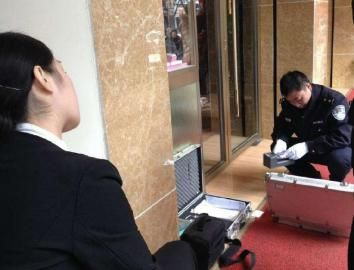 民警在现场进行勘验。