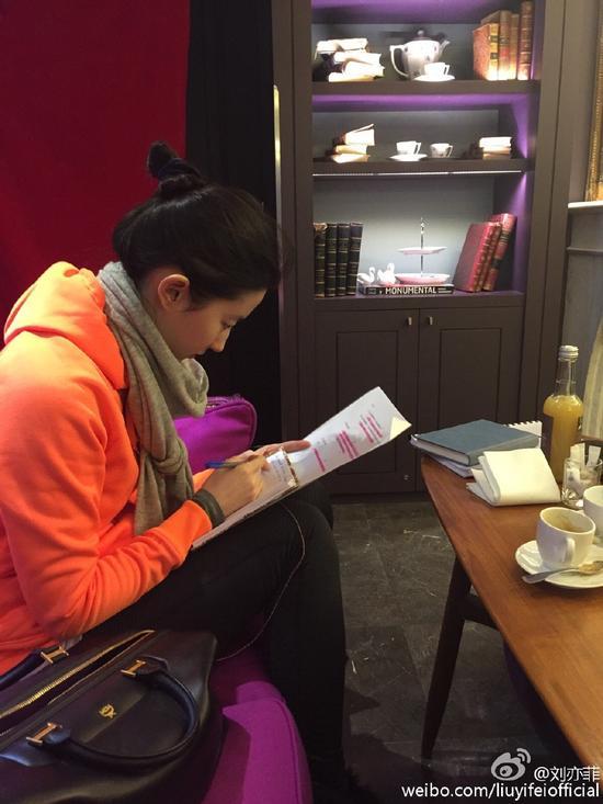 刘亦菲认真研读台词