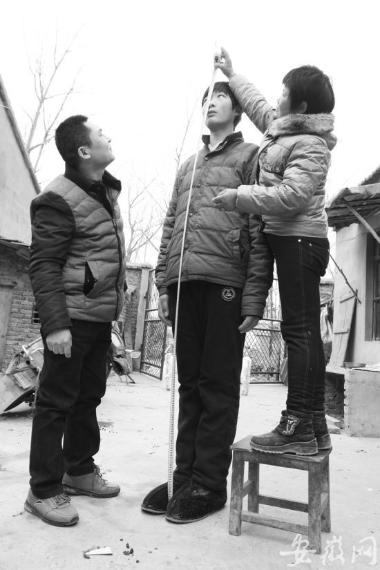 男孩个头超两米脚大惊人