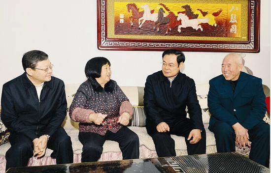 1月17日,省委书记王儒林在盐湖区北相镇曹允村调研时,走进村民王明珍家中,详细了解老两口的生活和收入情况。记者李联军摄