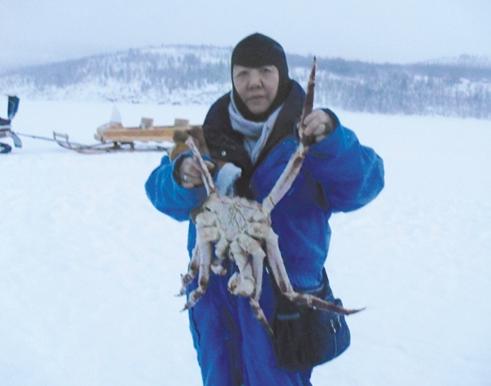 张美荣在北极圈内捉帝王蟹